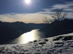 lago di como con la neve pigra