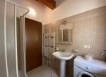 12. Bagno con doccia e lavatrice